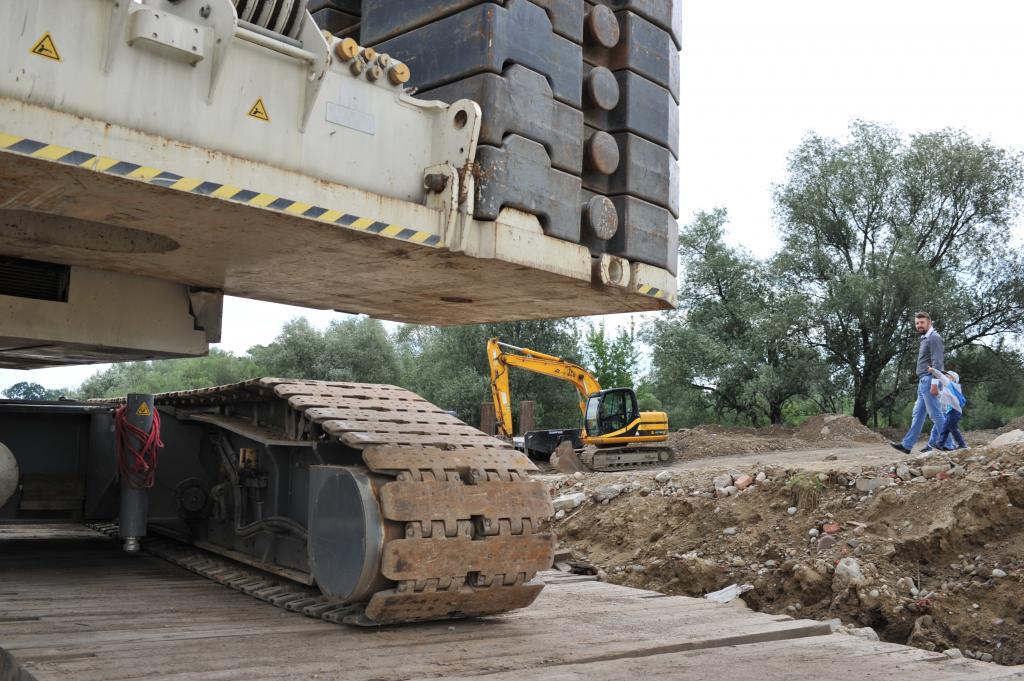 Gigantyczny dżwig na placu budowy mostu heleńskiego