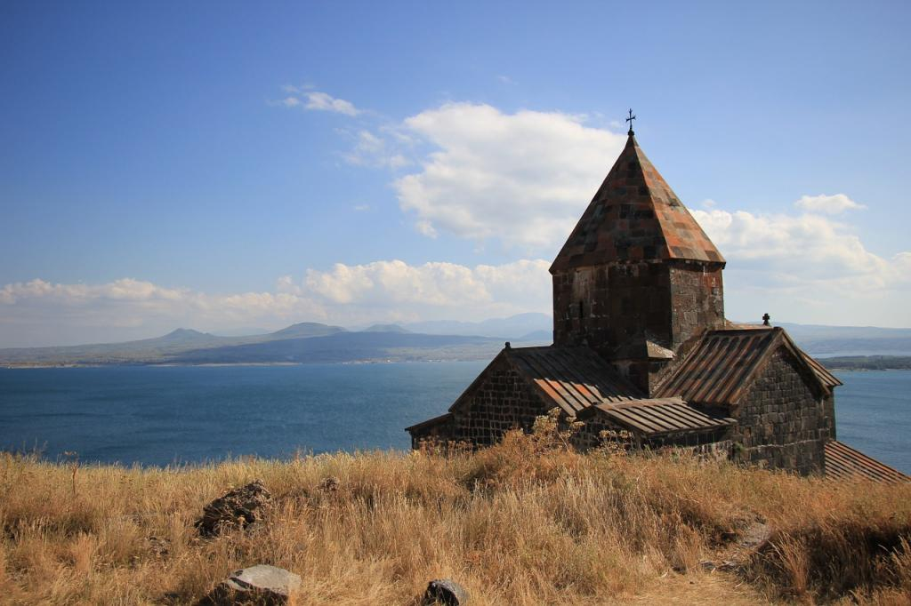 Armenia. Klasztor nad jeziorem Sevan. Fot. delmee/Pixabay