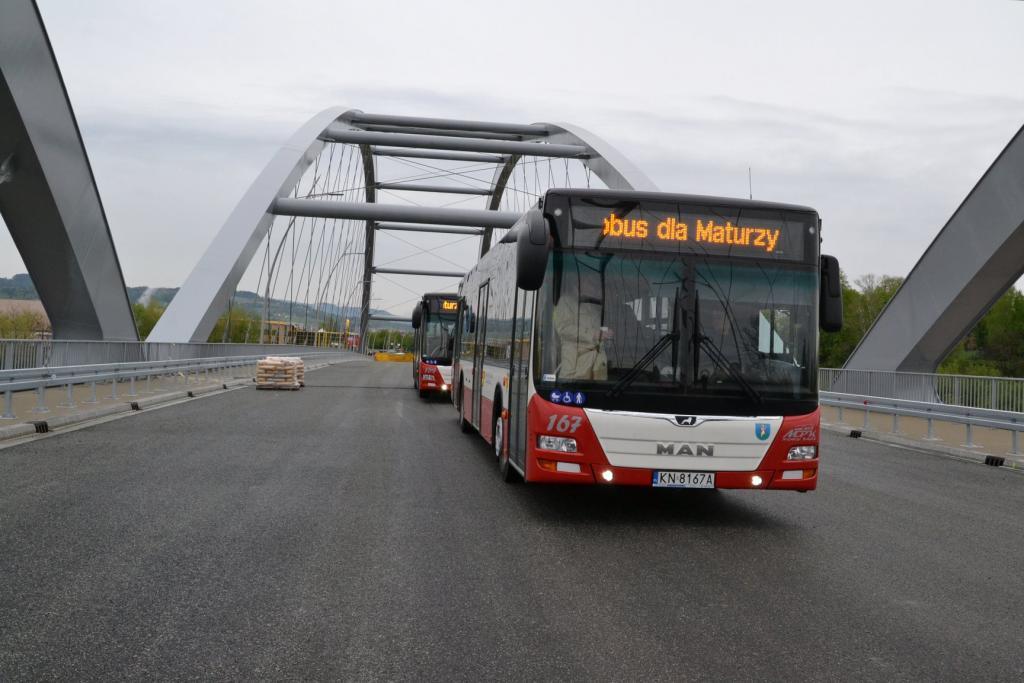 Jako pierwsi przejechali przez nowy most maturzyści. Trzema autobusami z Heleny do centrum.