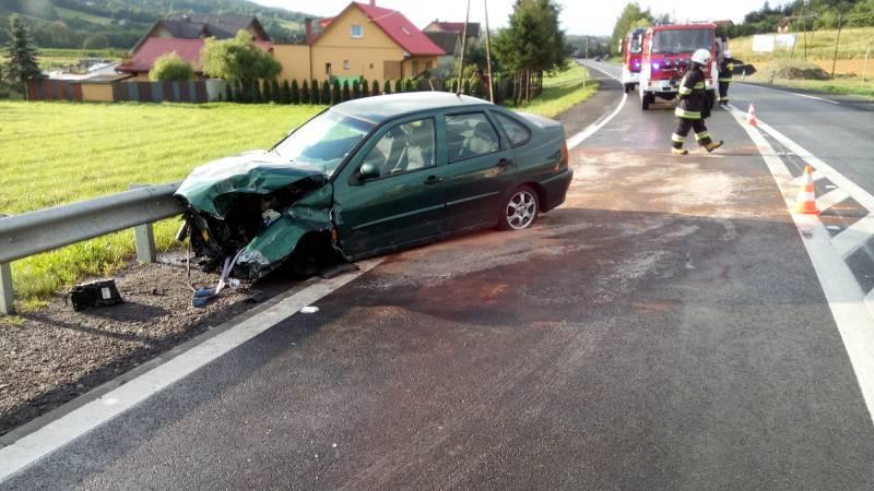 Auto uderzyło w barierki w Łososinie Dolnej
