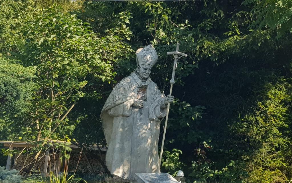 gdzie stoi ten pomnik św. Jana Pawła II?