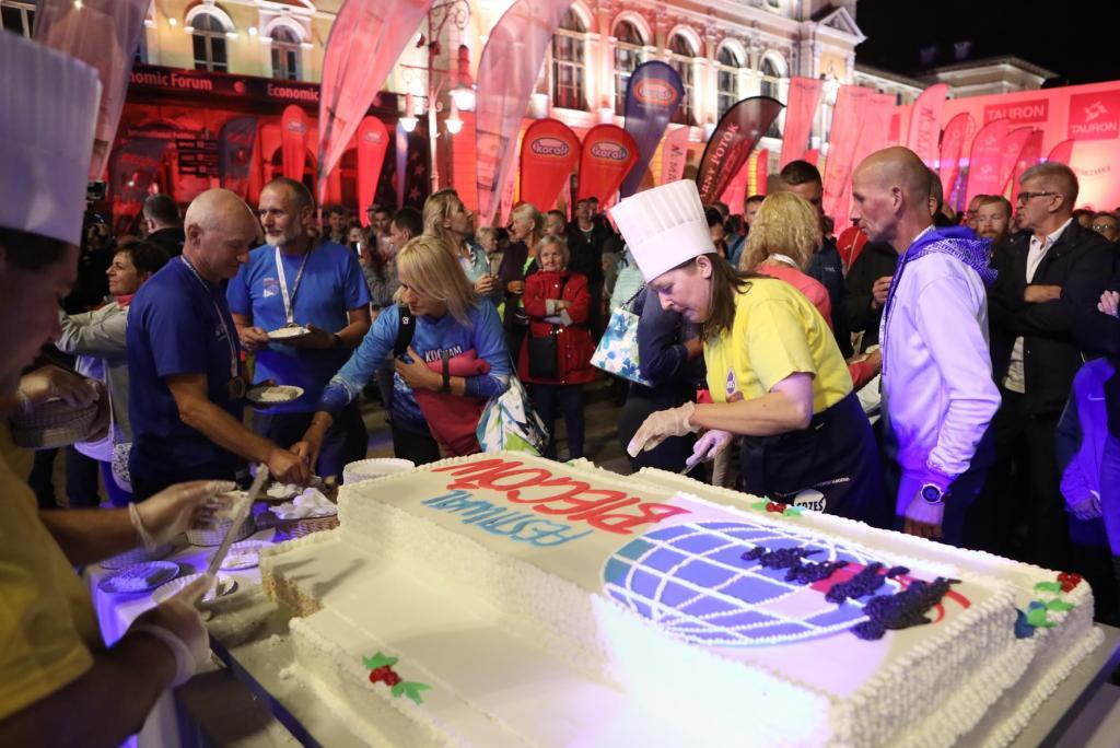 Urodzinowy tort X Tauron Festiwalu Biegowego