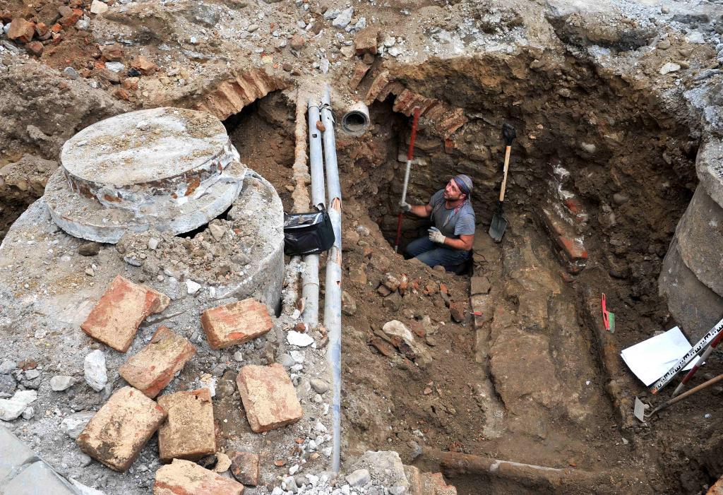 Co archeolog zobaczył(by) pod płytą nowosądeckiego rynku. Fot. S. Adamczyk