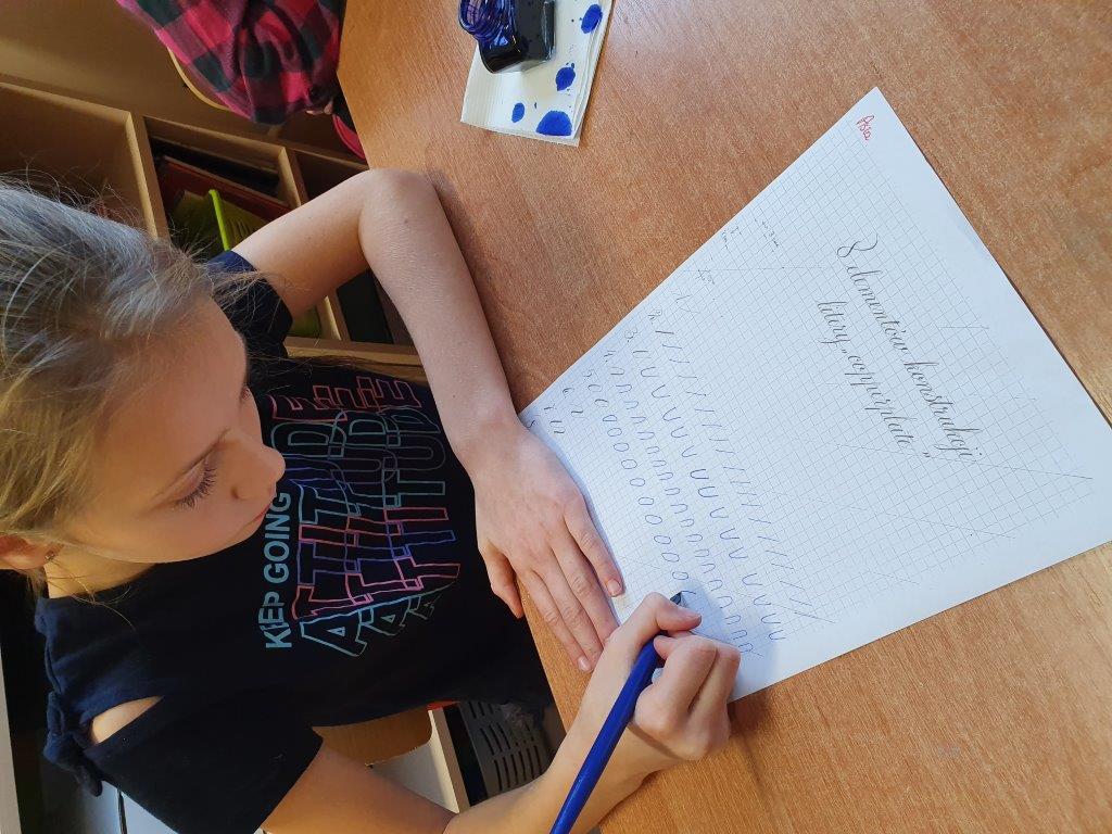 Zajęcia z kaligrafii w szkole w Kasince Małej