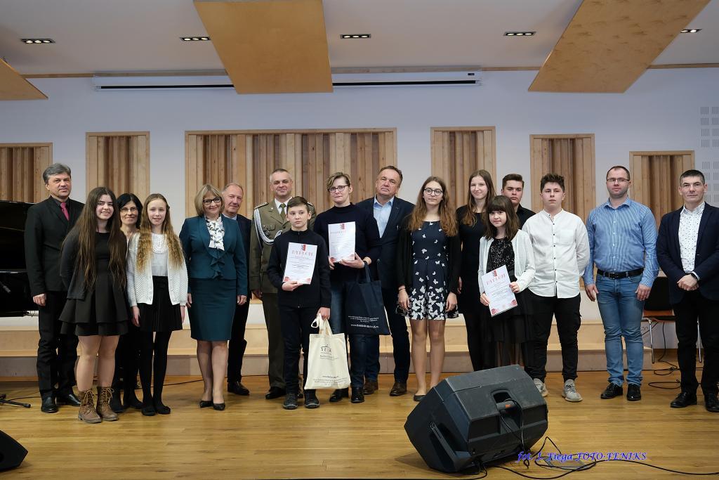 Laureaci konkursu pieśni patriotycznej w Gorlicach. Fot. biuro poselskie