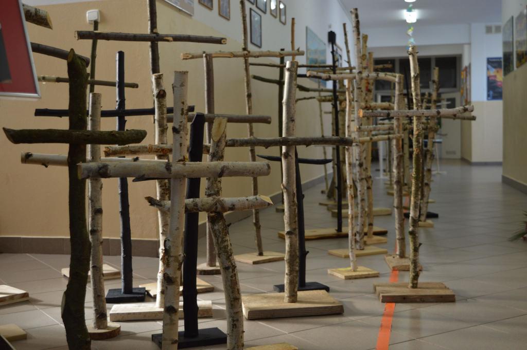 W Koniuszowej uczcili patrona szkoły i ofiary katastrofy smoleńskiej 96 krzyżami