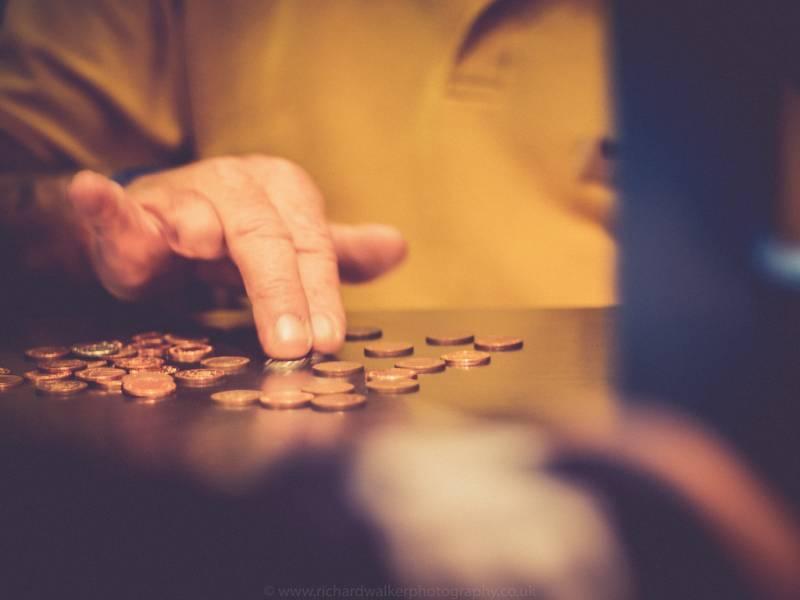 Niewielka pożyczka udzielana przez instytucje finansowe, jej wysokość uzależniona jest od rodzaju pożyczkodawcy, a może nim być prywatna firma kapitałowa lub bank. Wyróżniamy dwa rodzaje tego typu pożyczek. Mikropożyczka zaciągnięta w prywatnej firmie pozabankowej (parabanku) zwana często także chwilówką. Kwoty takich zobowiązać są niewielkie i wynoszą od 50 zł do maksymalnie kilku tysięcy. Są to więc pożyczki niskokwotowe. W Polsce tego typu pożyczek udzielają także zagraniczne firmy, które z dużym sukcesem prowadzą działalność poza naszymi granicami.