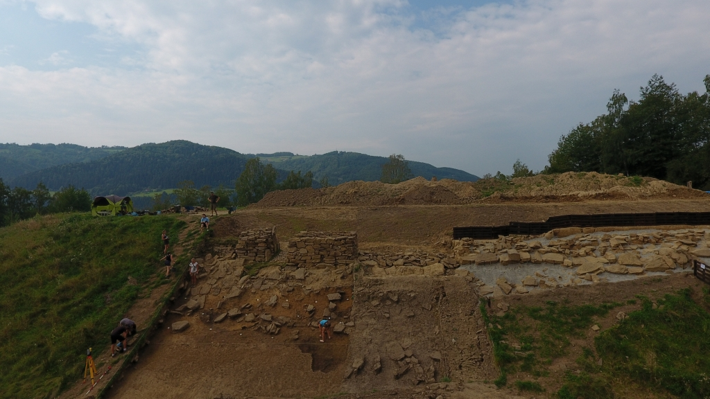 Odsłanianie kilkudziesięciometrowego odcinka muru z wczesnej epoki brązu (fot. J. Jędrysik)