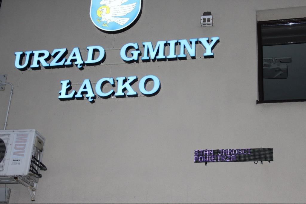 Czujnik smogowy na budynku urzędu gminy. Fot. PG