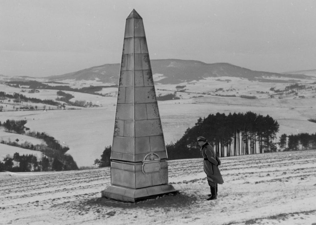 Pomnik ku czci żołnierzy armii austriacko-węgierskiej poległych w czasie I wojny światowej, postawiony na wzgórzu Jabłoniec. Narodowe Archiwum Cyfrowe