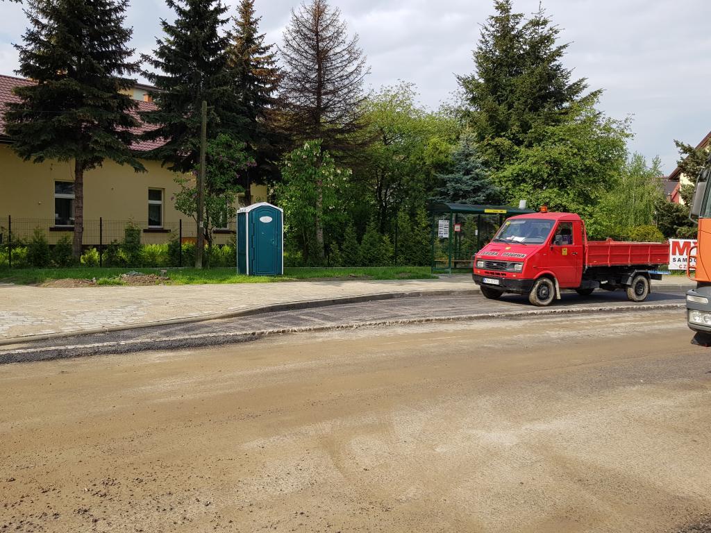 Pan drogowiec sobie sika na asfalt na Grodzkiej a zaraz obok stoi Toy Toy