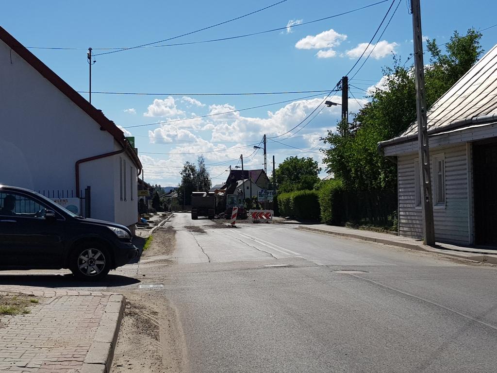 Mimo mobilizacji wszystkich sił drogowcom nie udało się domknąć prac przy rekonstrukcji i remoncie ulicy Piłsudskiego, na której wcześniej kładziono kanalizację. A burmistrz Jacek Lelek już zapowiada, że trzeba będzie ją zamknąć całkowicie aż na trzy dni. O co chodzi?