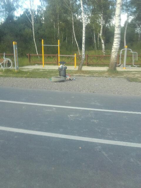 Serio, opona z auta na trasie rowerowej? Od razu zróbmy ścieżki na wysypisku