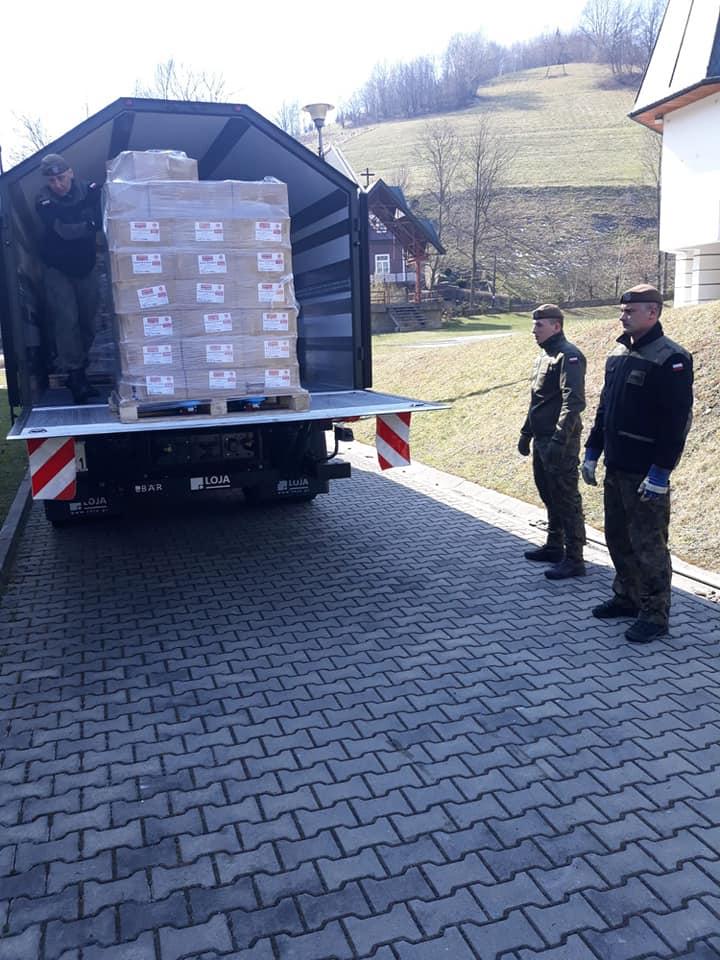 - Żołnierze 11 Małopolskiej Brygady Obrony Terytorialnej, której zadaniem jest obrona i wspieranie lokalnych społeczności dostarczyła do Gminy Rytro artykuły spożywcze, które będą rozdzielone dla mieszkańców objętych pomocą Gminnego Ośrodka Pomocy Społecznej - informuje wójt gminy Jan Kotarba.