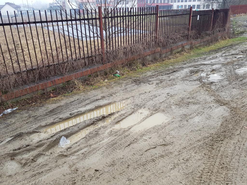 Piękna, błotna katastrofa, ale na drodze do budowy parkingu stanął… gaz