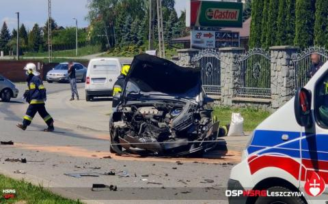 Groźny wypadek w Trzcianie. Auto zderzyło się z busem kursowym z Limanowej