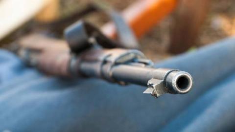Raz do roku broń sama strzela a rząd chce, by Polakom wydawali ją starostowie i lekarze rodzinni