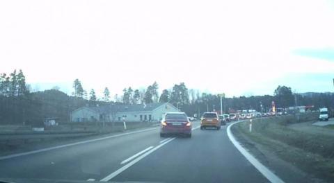 Kierowcy skracają sobie drogę mimo zakazu skrętu. Zobaczcie sami [WIDEO]