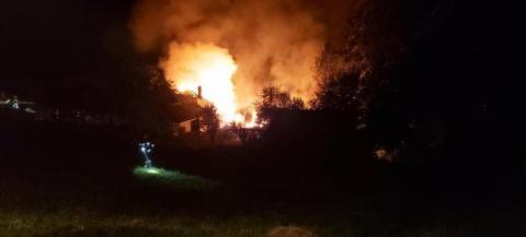 W Rożnowicach płonie dom i budynki gospodarcze. Łunę ognia widać z daleka
