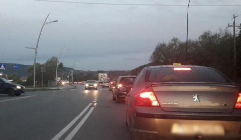 Wypadek na ul. Tarnowskiej. Jeden samochód go potrącił, drugi po nim przejechał