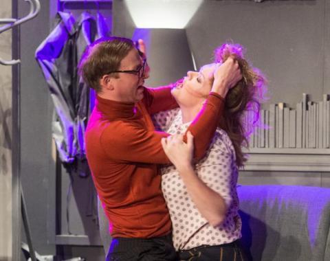 """""""Czy ty to ty?"""" Nieco niezdarny romans w uroczej komedii Tobiasa na scenie MOK"""