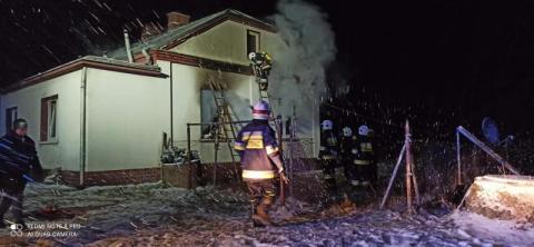 W środku nocy musieli uciekać z płonącego domu. Zostali bez dachu nad głową