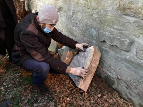 Skradzione przez nazistów nagrobki wróciły na cmentarz w Nowym Sączu