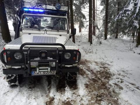 Karetka utknęła na nieodśnieżonej drodze. Pomogli strażacy, ale pacjent zmarł