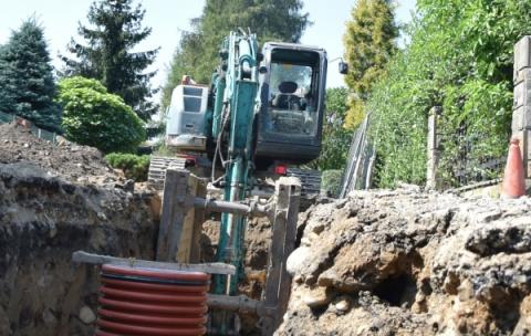 Rozbudowa kanalizacji w Starym Sączu posuwa się w bardzo szybkim tempie. Od dziś w ślad za robotami zamknięte są dla ruchu dwie kolejne ulice.
