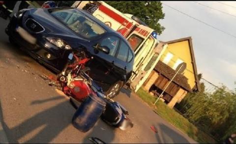 Motocykl roztrzaskany, a kierowca zabrany do szpitala