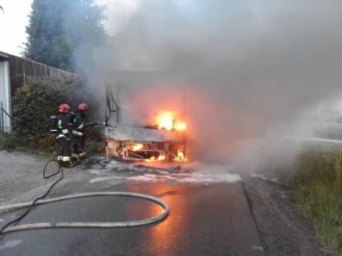 Autobus zapalił się podczas jazdy. Z pojazdu wydobywały się płomienie
