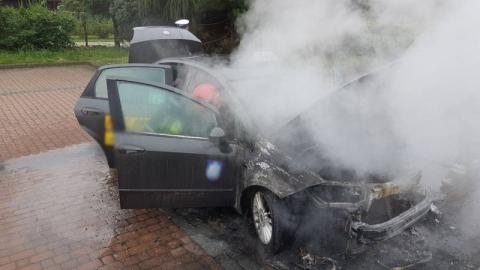 Paliła się taksówka. Kierowca próbował ugasić pożar, ale nie udało się