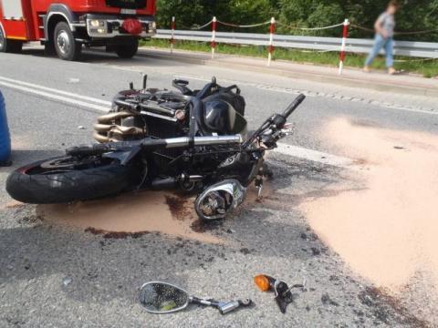 Wjechał motocyklem w samochód i wpadł pod wóz strażacki. To cud, że przeżył