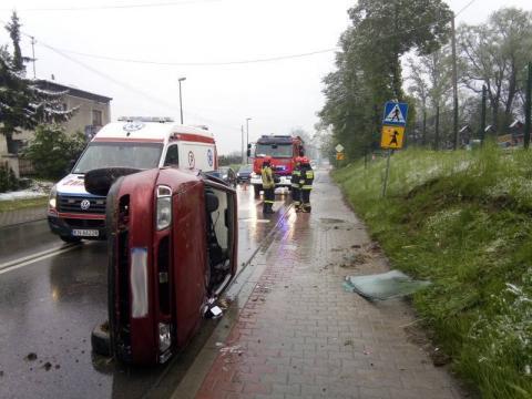 Dramatyczny wypadek w pobliżu przedszkola. Samochód znajdował się na boku