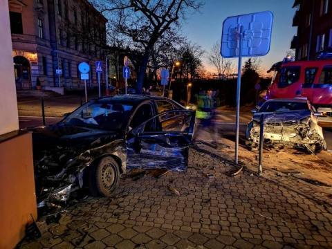 Znów wypadek pod urzędem wojewódzkim. Dwa auta rozbite i jedna osoba ranna