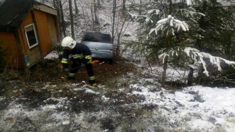 Grybów: samochód stoczył się ze skarpy i zatrzymał w potoku