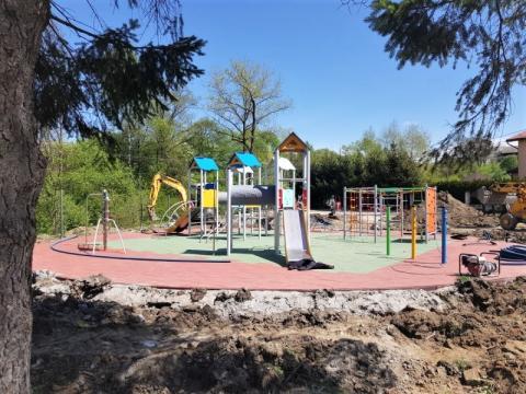 Nowoczesny plac zabaw i siłownia plenerowa w Koniuszowej już prawie gotowe!