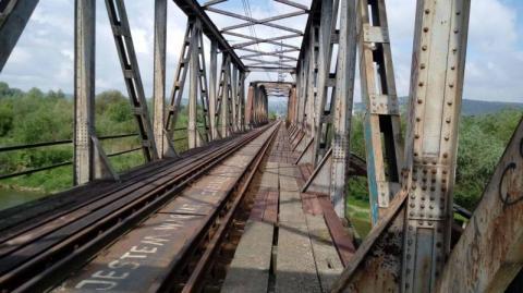 Śmierć, to żaden straszak. - Chłopak spadł z mostu, taka tragedia – mówią ci, co dalej mostem kolejowym chodzą
