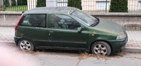 Jest zardzewiały i wrasta w asfalt. Wrak zajmuje miejsce parkingowe