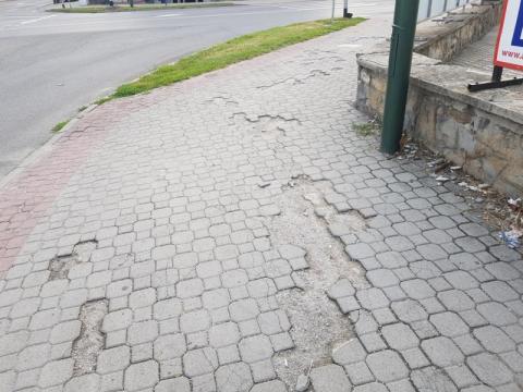 Nowy Sącz: zniszczona kostka fruwa niczym pociski. MZD interweniuje
