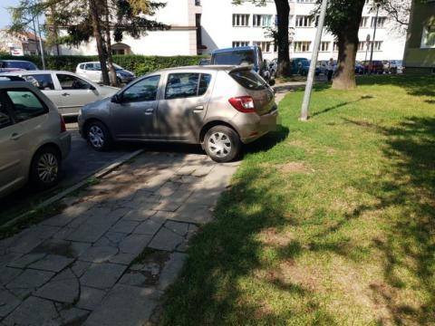 parkujący przy przychodni, fot. Czytelnik