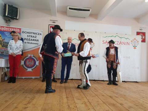 Andrzej Gut Mostowy wręcza nagrodę laureatowi, fot. Iga Michalec
