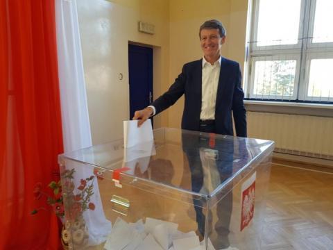 Głosuje poseł Andrzej Czerwiński w SP nr 11 w Nowym Sączu, fot. Iga Michalec