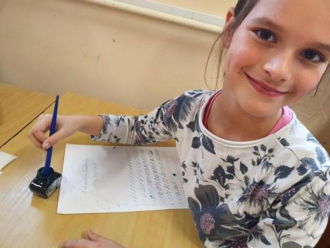 Kaligrafia w szkole. W bibliotece uczą ich pięknego pisania