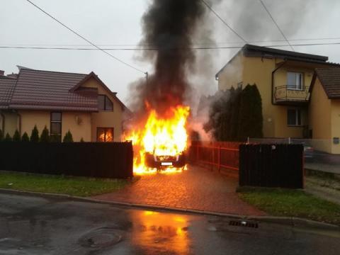Ogień i kłęby dymu na ul. Granicznej. Dostawczak spłonął doszczętnie [ZDJĘCIA]