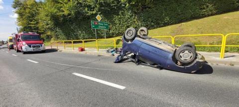 Groźny wypadek na krajówce. Seicento wylądowało na dachu