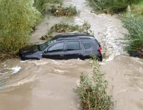 Rzeka porwała samochód. Kierowca uciekł w ostatniej chwili
