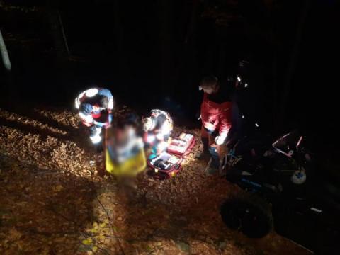 Koszmarny wypadek w lesie w Piwnicznej. Po ciężko rannego przyleciał śmigłowiec