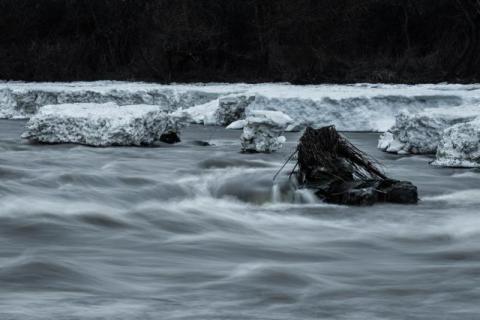 Minuty od tragedii! Dzielnicowi uratowali 13-latka, który wpadł do oblodzonego koryta Dunajca i nie mógł się wydostać o własnych silach!