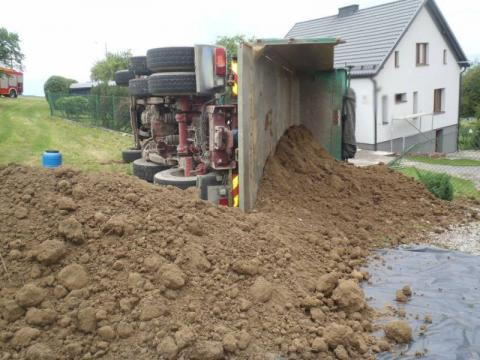 Ciężarówka z ziemią przewróciła się podczas rozładunku. Ranny kierowca [ZDJĘCIA]